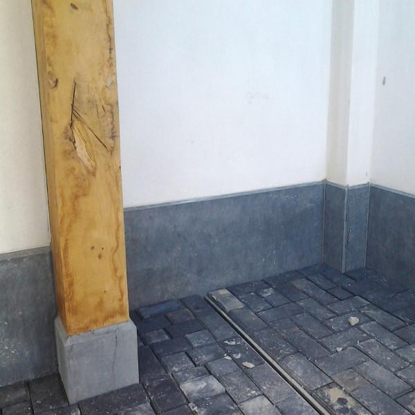 borstwering en blok onder houten paal